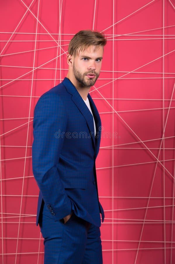 fashion manlign Ser formella kläder för mannen stiliga och säkra Menswear och stilfullt garderobbegrepp Riktig dräkt royaltyfri foto