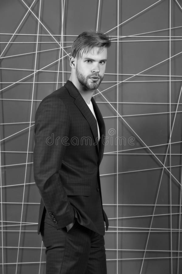 fashion manlign Ser formella kläder för mannen stiliga och säkra Menswear och stilfullt garderobbegrepp Riktig dräkt royaltyfri fotografi