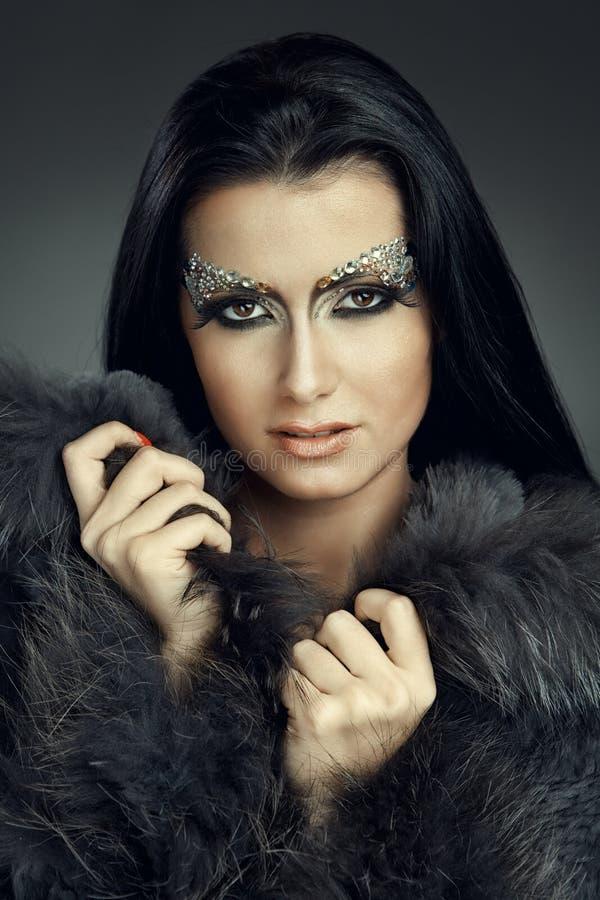 Glamorös caucasian kvinna med smyckensmink arkivbilder