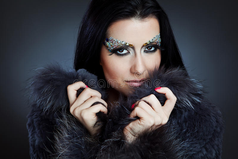 Glamorös caucasian kvinna med smyckensmink arkivfoto