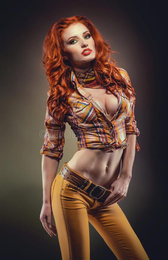Fashion sköt av sexig redheadkvinna fotografering för bildbyråer