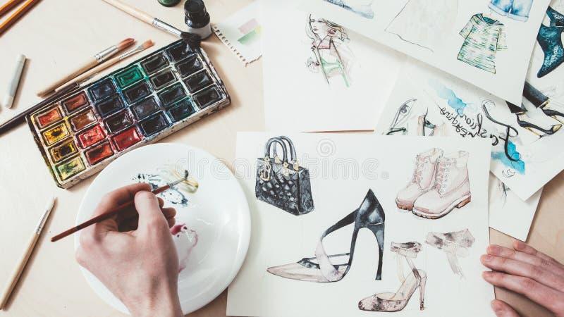Fashion szkicuje kobiety projektujące ubrania zdjęcie royalty free
