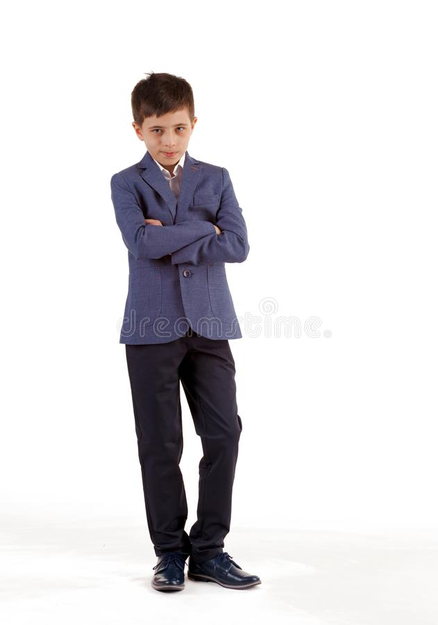 fashion ungar Pojke i ett elegant omslag och fl?sanden som isoleras p? vit bakgrund Aff?rsmanpojke arkivfoto