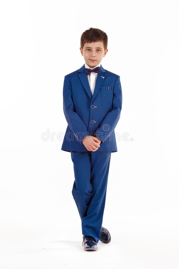 fashion ungar Pojke i ett elegant omslag och fl?sanden som isoleras p? vit bakgrund Aff?rsmanpojke arkivbilder
