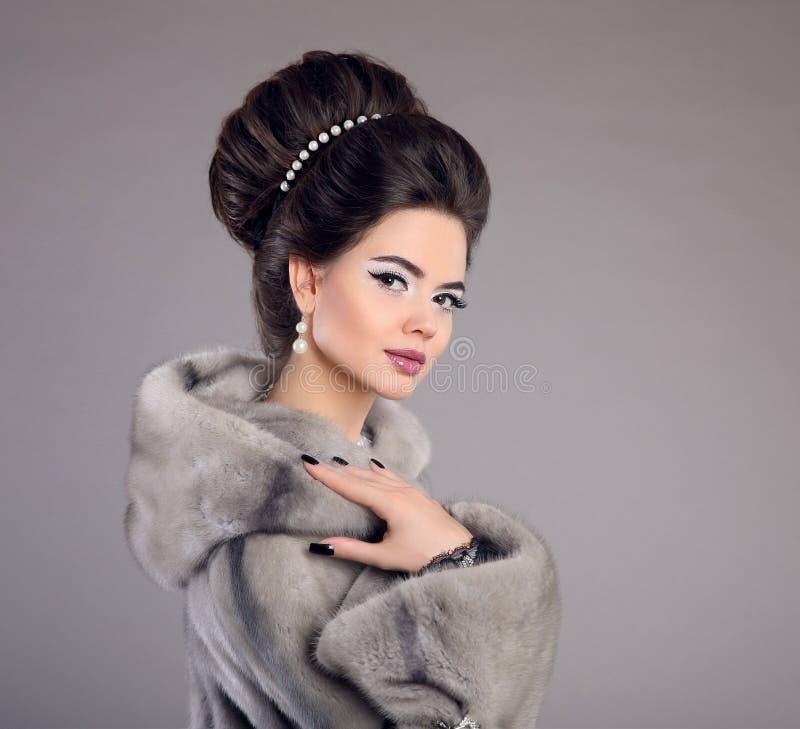 Classy And Glamorous Photo: Fashion Woman In Mink Fur Coat. Beauty Makeup. Elegant