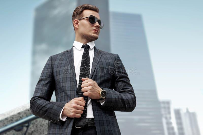 Fashionably geklede mens in een moderne stad, portret stock afbeelding