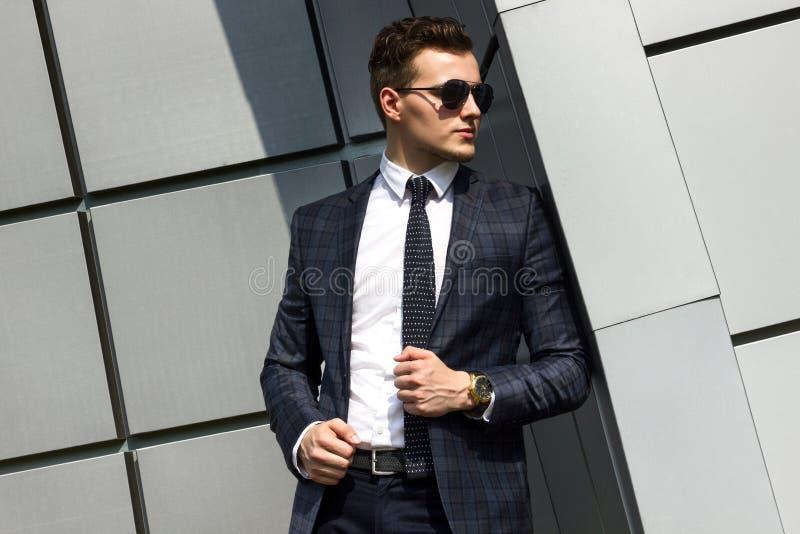 Fashionably geklede mens op de achtergrond royalty-vrije stock afbeelding