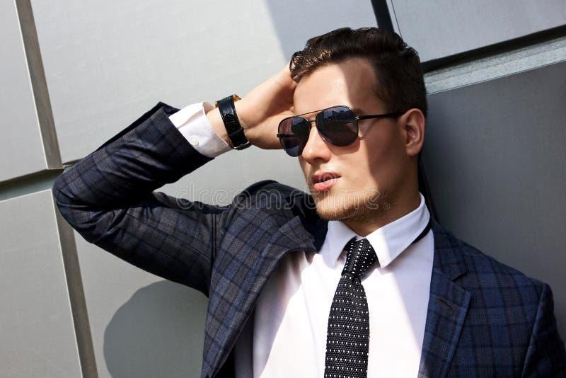 Fashionably geklede mens op de achtergrond stock afbeelding