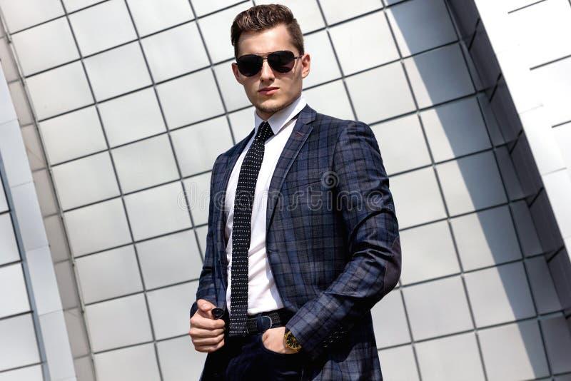 Fashionably geklede mens op de achtergrond stock foto