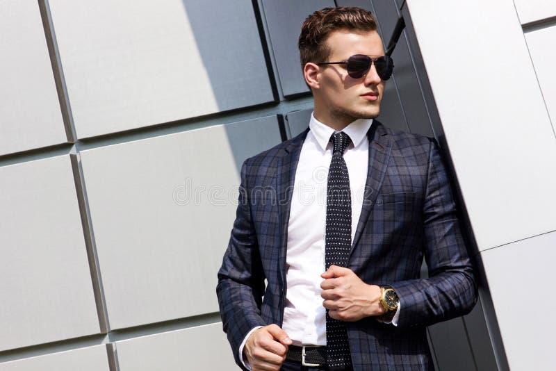 Fashionably geklede mens op de achtergrond royalty-vrije stock fotografie