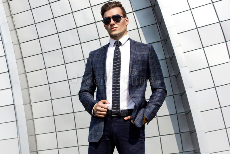 Fashionably geklede mens op de achtergrond stock fotografie