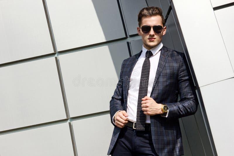 Fashionably geklede mens op de achtergrond stock foto's