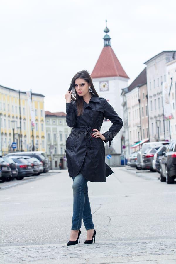 Fashionably geklede vrouw stock foto's