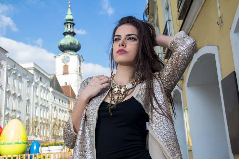 Fashionably geklede vrouw stock afbeeldingen