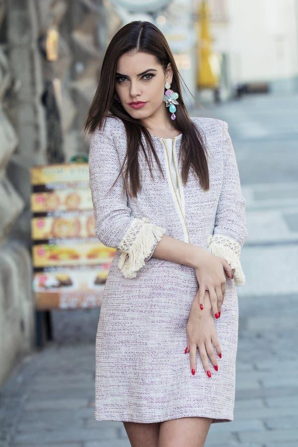Fashionably geklede vrouw royalty-vrije stock afbeeldingen