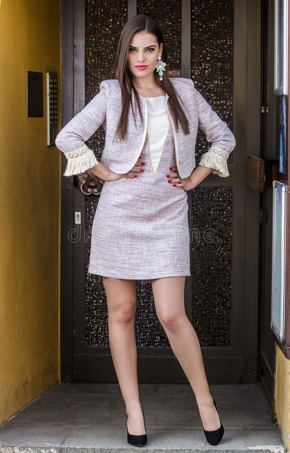 Fashionably geklede vrouw stock foto