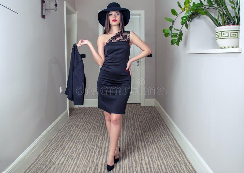 Fashionably geklede vrouw royalty-vrije stock afbeelding