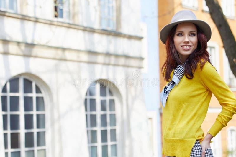 Fashionably geklede vrouw op de straten royalty-vrije stock foto's