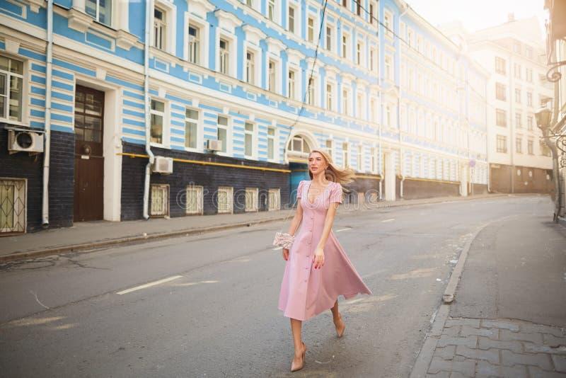Fashionably påkläddkvinna på gatorna av en liten stad som shoppar begrepp royaltyfria foton