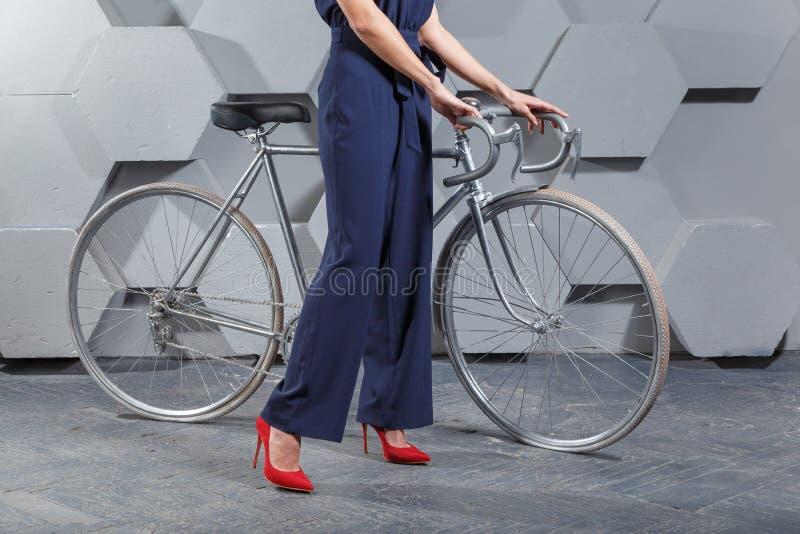 Fashionably ubierająca kobieta z rowerem obrazy royalty free