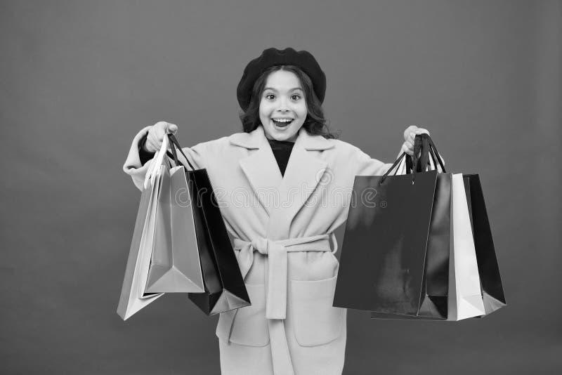 Fashionista adore shopping Klanttevredenheid Eerste aanschaf van lentekleding Geobsedeerd door winkelen schattig meisje stock foto