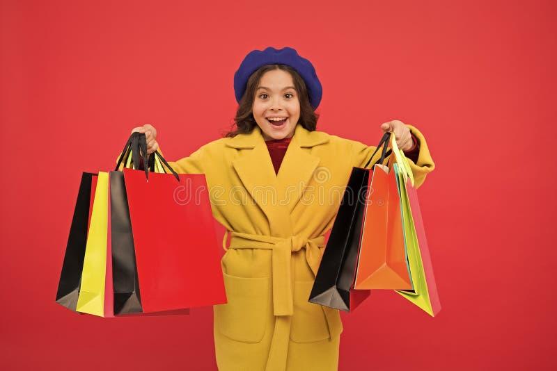 Fashionista adore shopping Satisfação do cliente Primeira hora compra roupas de primavera Obcecado com compras Garota bonitinha foto de stock royalty free