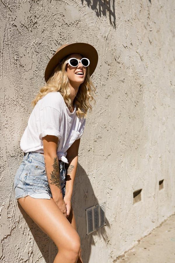 Fashionista dziewczyny pozycja w backstreet obraz royalty free