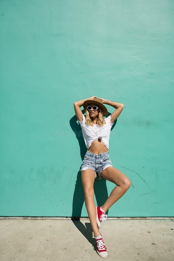 Fashionista dziewczyny pozycja w backstreet obraz stock