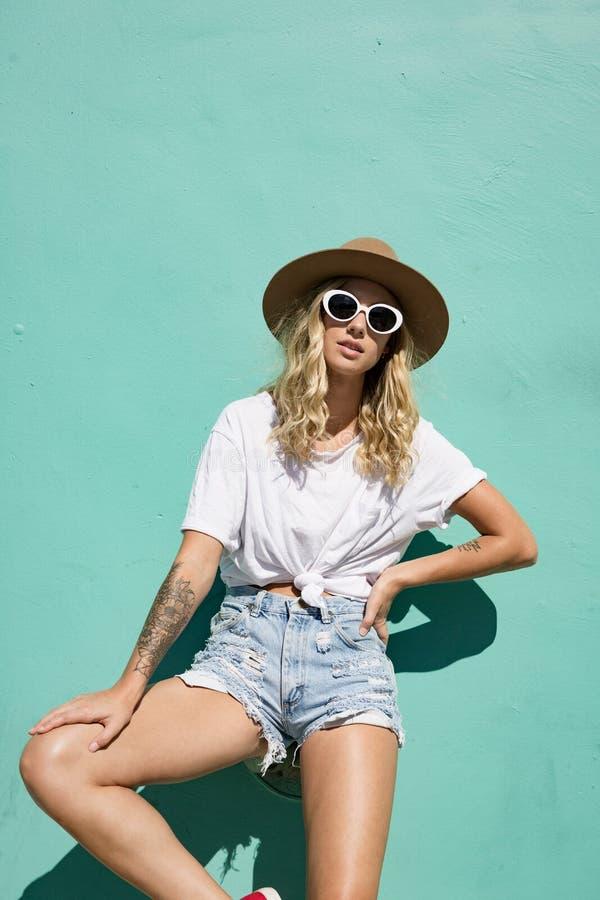 Fashionista dziewczyny pozycja w backstreet zdjęcia stock