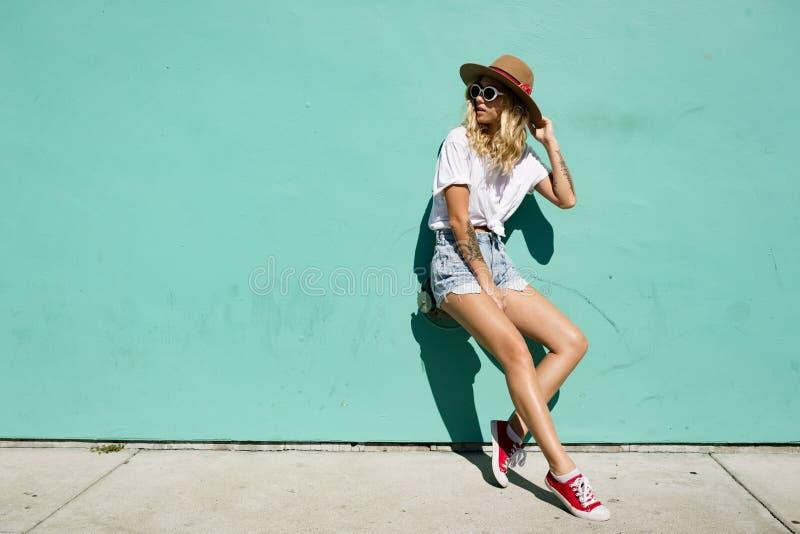 Fashionista dziewczyny pozycja w backstreet obrazy stock