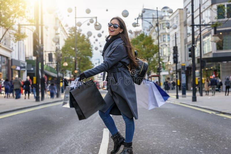 Fashionistakvinnan på en shopping turnerar på Oxford Street i London royaltyfria bilder