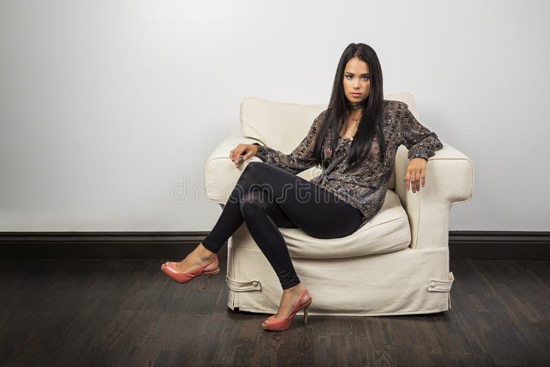 Fashionnable jonge vrouw royalty-vrije stock fotografie