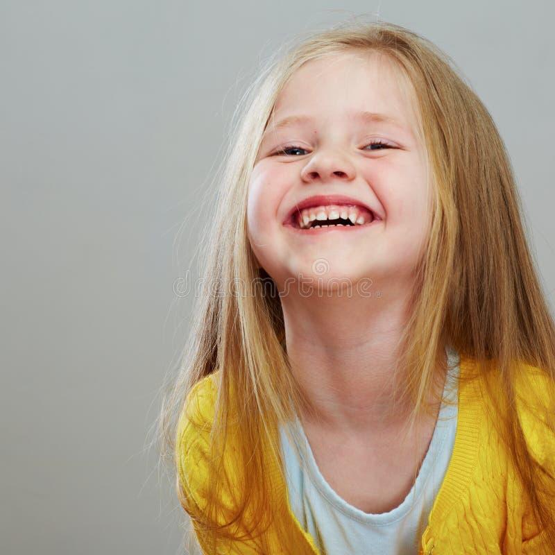 Fashon-Artmädchen mit langem Porträt des blonden Haares grau lizenzfreie stockfotografie