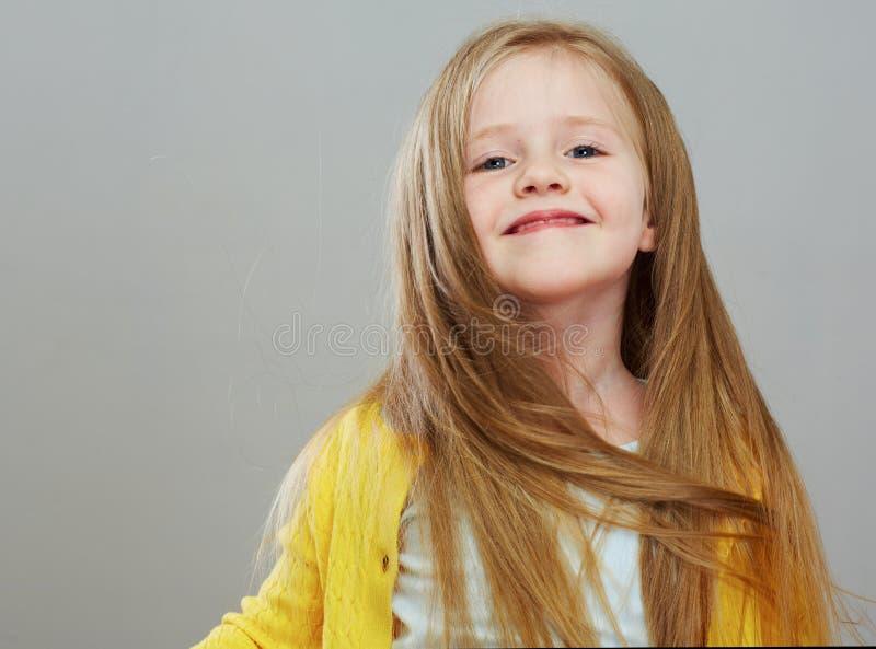 Fashon-Artmädchen mit langem Porträt des blonden Haares Lokalisiertes Grau stockbilder