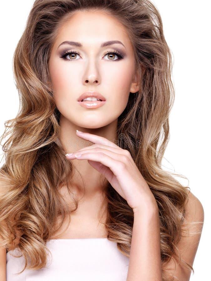 Fasion bild av en sexig härlig kvinna med ursnyggt långt hår royaltyfri bild