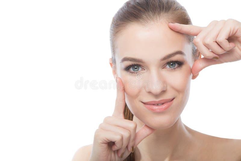 Fasionmodel die haar gezicht, over een witte achtergrond ontwerpen royalty-vrije stock afbeelding