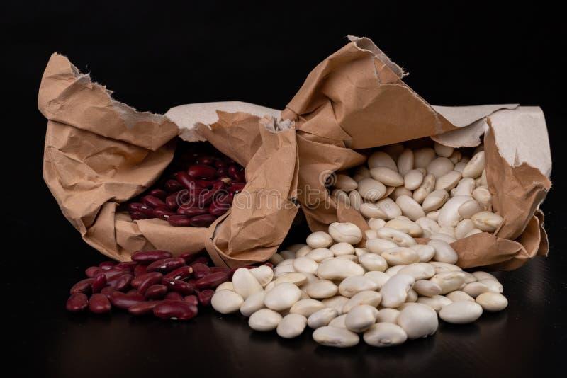 Fasola w papierowych torbach na kuchennym stole Karmowi składniki używać w kuchni zdjęcie stock