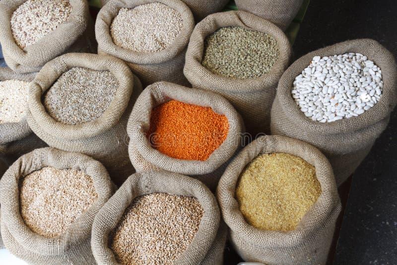 Fasole, ryż, soczewicy, owsy, banatka i jęczmień w jutowym worku, zdjęcia stock
