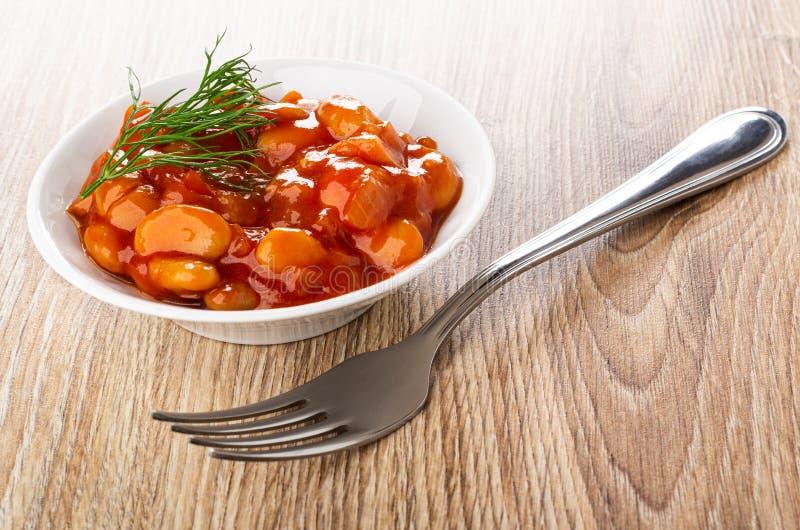 Fasole z warzywami i pomidorowym kumberlandem, koper w pucharze, rozwidlenie na stole obrazy royalty free