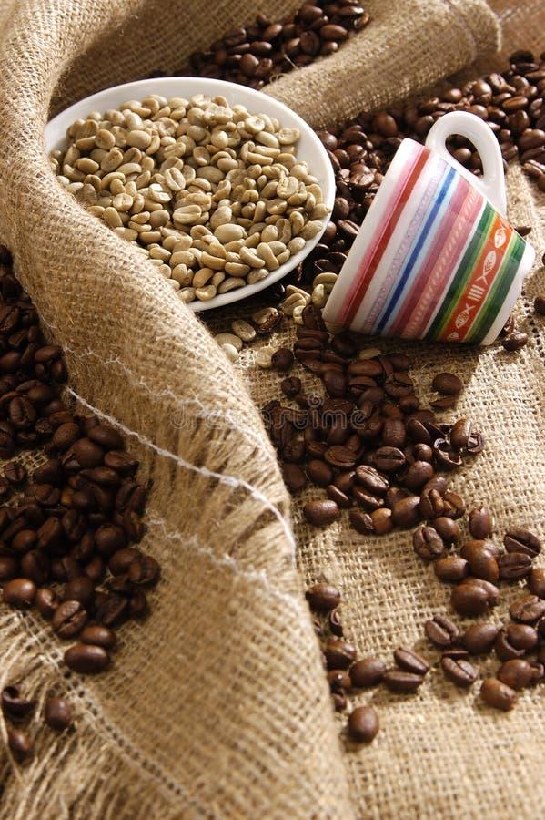 fasoli czarny kawy biel zdjęcie stock