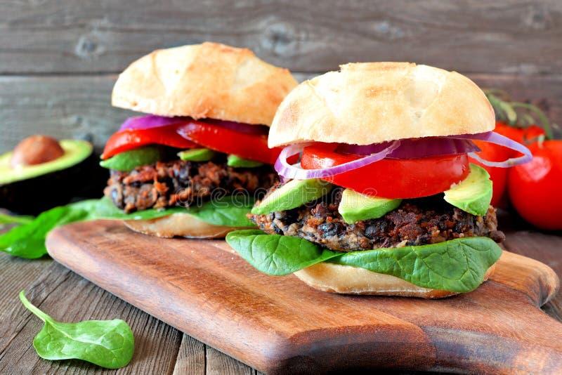 Fasoli i batata veggie hamburgery nad drewnianym tłem zdjęcia stock
