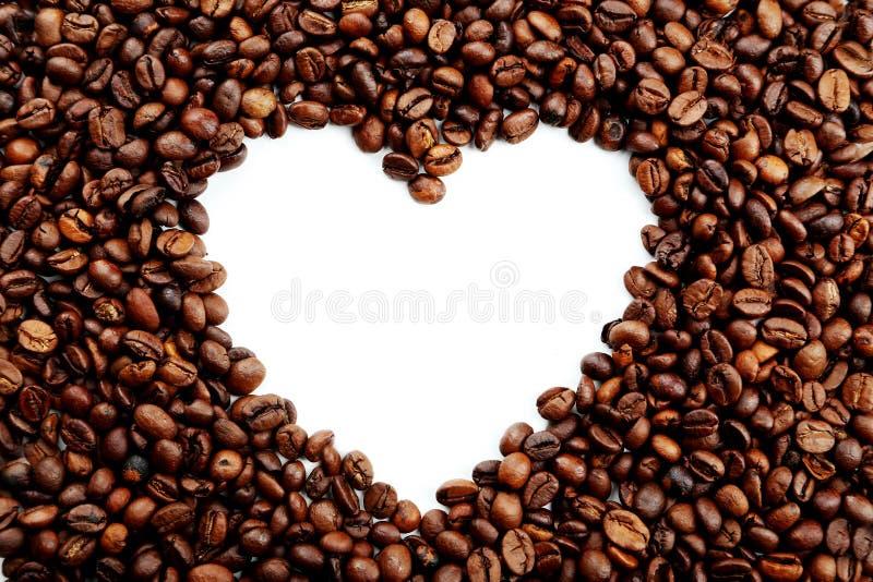 fasoli kawowy serce odizolowywający przedmiot z bliska zdjęcie royalty free