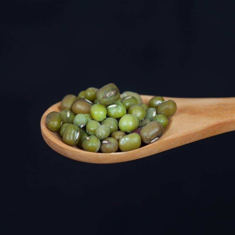 Fasolki szparagowe w drewnianej łyżce obraz stock
