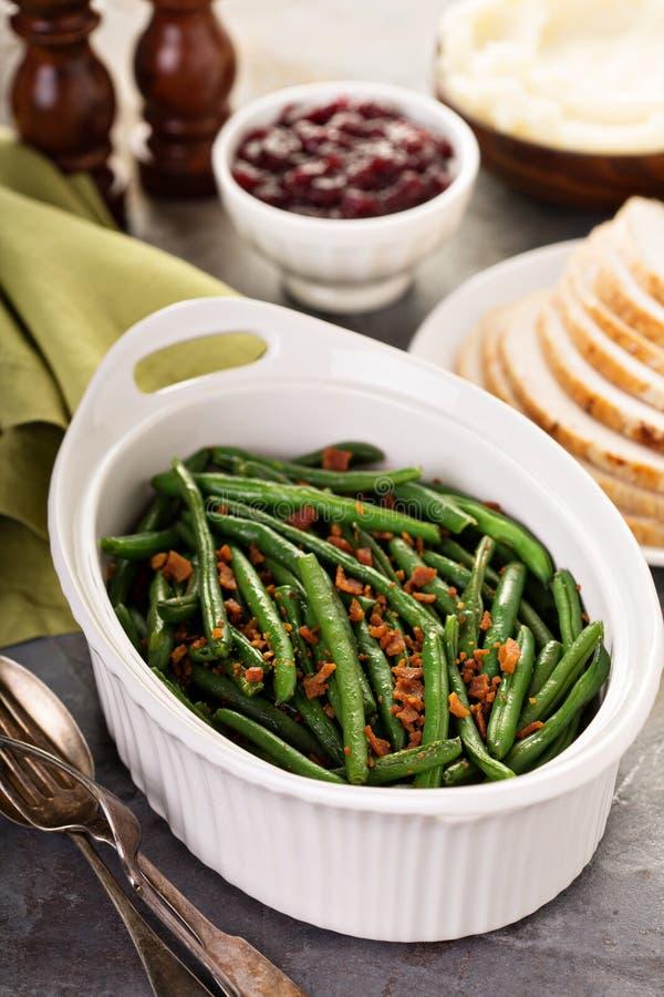 Fasolki szparagowe z bekonem dla dziękczynienia lub Bożenarodzeniowego gościa restauracji obrazy stock