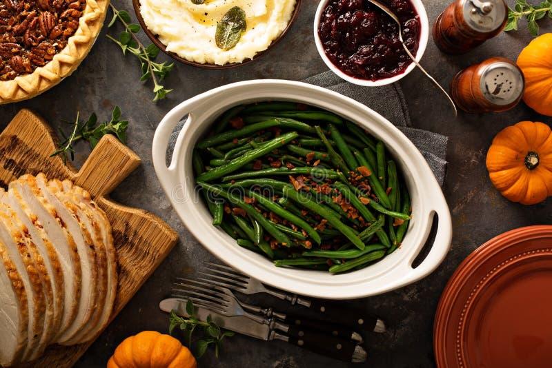 Fasolki szparagowe z bekonem dla dziękczynienia lub Bożenarodzeniowego gościa restauracji zdjęcie stock