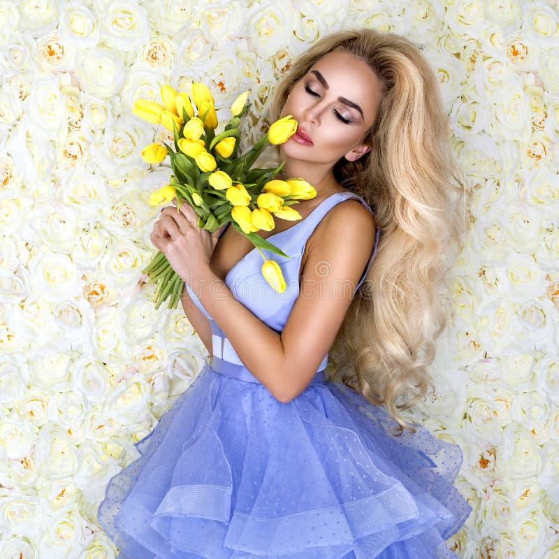 Fasonuje ślubnej sukni modela z bukietem tulipany Piękny panna młoda model w błękitnej zadziwiającej ślubnej sukni Piękno młoda k zdjęcie royalty free