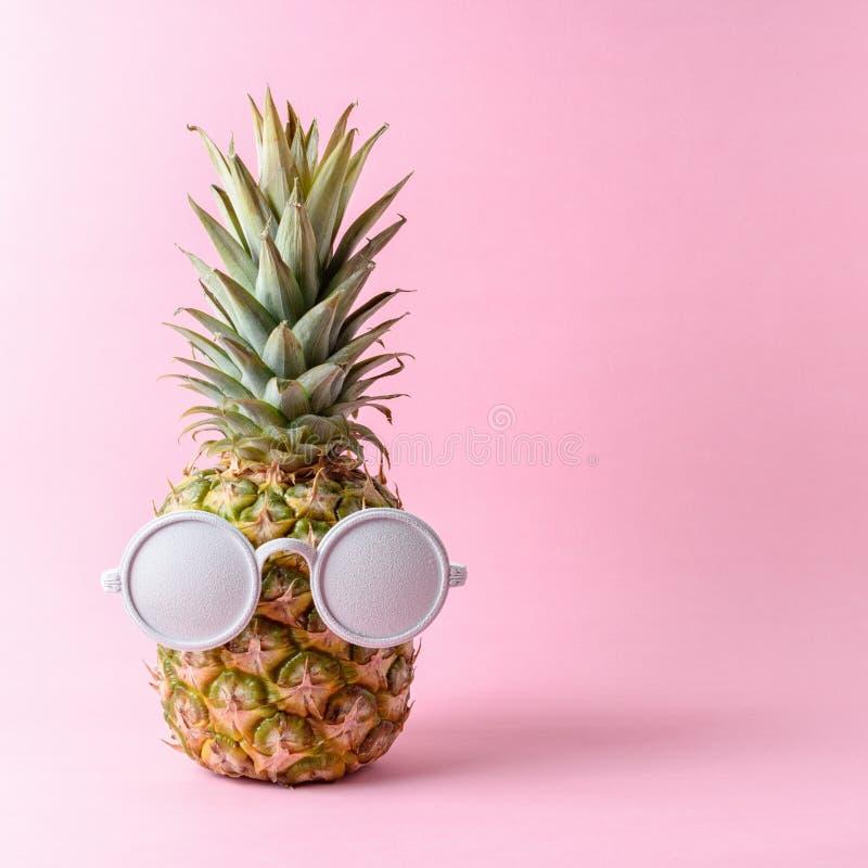 Fasonuje ananasa z białymi okularami przeciwsłonecznymi na różowym tle obrazy stock