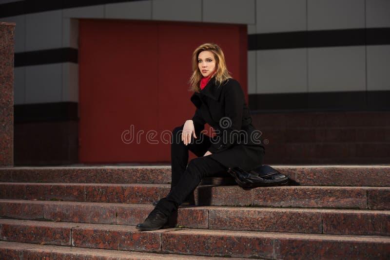 Download Fasonuje Blond Kobiety W Czarnym żakieta Obsiadaniu Na Krokach Zdjęcie Stock - Obraz złożonej z osamotniony, moda: 65226190