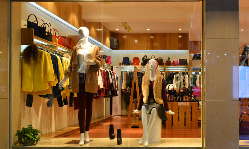 Fasonuje butika pokazu okno z mannequins, sklep sprzedaży okno, przód sklepowy okno