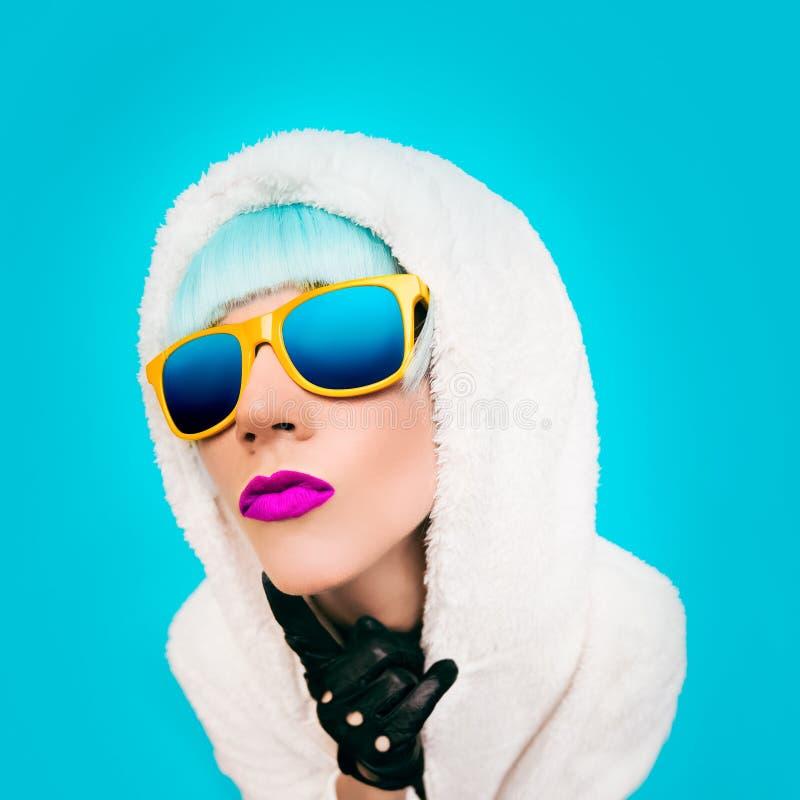 Fasonuje dziewczyny w białym hoodie na błękitnym tle zima Styl fotografia royalty free